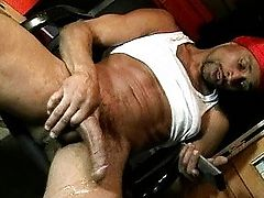 Stud wanking black rod while watching RedTube